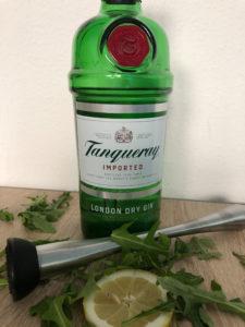 Tanqueray London Dry Gin mit Zitrone, Muddler und Rucula Salat