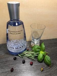 Gin Mare mit Oliven, Rosmarin und Basilikum