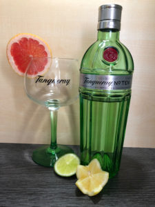 Tanqueray No.10 Gin mit Tanqueray Glas, Grapefruit, Limette und Zitrone in Sternform. Zitrusgin