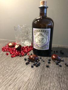 Monkey 47 Schwarzwald dry Gin mit Pfeffer, Granatapfelkernen, einem Tumbler und Wacholderbeeren