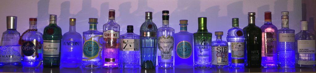 verschiedene Gin Flaschen, Gin Mare, OPIHR, Tanqueray, Rangpur, old No. 10, Wagon 22, Malfy, Gordons, Roku, Panarea, G'Vine, Siegfried, No.3, The Botanist, Larios 12 Rose, Berliner Brandstifter