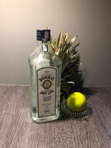 Bombay dry Gin mit Strainer und Limette