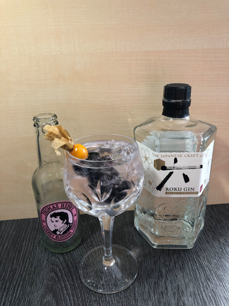 kirschiger Gin Tonic mit Roku Gin und Thomas Henry Cherry Blossom Tonic by Ginfektion