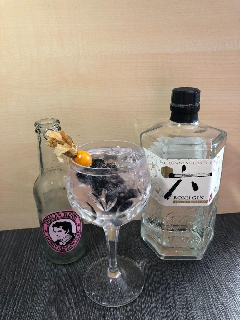 kirschiger Gin Tonic mit Roku Gin und Thomas Henry Cherry Blossom Tonic by Ginfektion